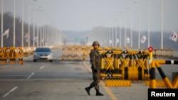 Ikki Koreyani bir-biridan ajratuvchi zonaga yetaklovchi ko'prik