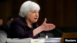 Kepala Bank Sentral AS, Janet Yellen memberikan keterangan di depan komisi perbankan Senat AS (foto: dok).