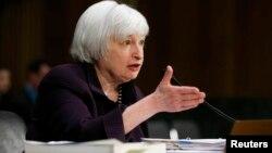 Kepala Bank Sentral AS, Janet Yellen memberikan keterangan di depan Komite Perbankan Senat AS, Selasa (24/2).