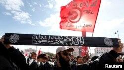 Một phần tử Salafist giơ băng rôn ghi 'không có chúa ngoại trừ Chúa, và Muhammad là người đưa tin cho Chúa.' REUTERS/Anis Mili