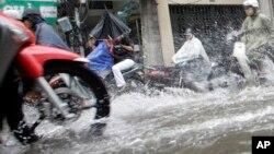 Ảnh minh hoạ: Xe cộ chạy trên đường phố bị ngập lụt ở Việt Nam.
