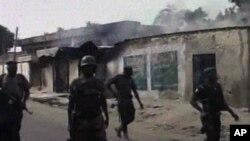 지난 8일 나이지리아 북동부 마이두구리 지역을 순찰하는 군인들. 나이지라 TV 화면. (자료사진)