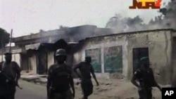 Gambar yang diambil dari siaran Televisi Nigeria ini menunjukkan tentara keamanan melewati rumah-rumah yang terbakar hangus di Maiduguri, Nigeria, awal bulan Oktober (Foto: dok). Organisasi HAM menyatakan pelanggaran HAM pasukan Keamanan Nigeria telah menciptakan lingkaran kekerasan dan meningkatkan suasana mencekam di wilayah ini.