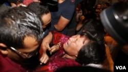 Keluarga korban pesawat Malaysia Airlines MH370 terlihat histeris dalam jumpa pers di Malaysia, Rabu (19/3).