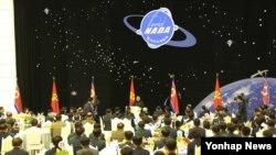 Banquete en honor de los científicos que participaron en el lanzamiento del satélite 'Kwangmyunsung-4' del 7 de febrero pasado.