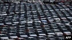 미국 캘리포니아주 리치몬드 항구 인근 '오토 웨어하우징 컴퍼니'의 주차장에 새 차들이 줄지어 서 있다.