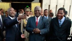 Presidentes de três países da CEDEAO, com Laurent Gbagbo, em Abidjan. A CEDEAo exige que Gbagbo ceda o poder ao vencedor das eleições presidenciais de Novembro, Alassane Ouattara.
