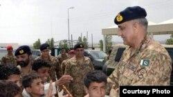 پاکستانی فوج کے سربراہ جنرل قمر جاوید باجوہ بلوچستان کے ضلع آوارن میں اسکول کے بچوں کے ساتھ۔ 5 مئی 2017