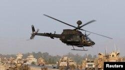 Pasukan AS memeriksa kerusakan terhadap kendaraan NATO di Jalalabad, Afghanistan (24/8). (Reuters/Parwiz)