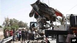 9일 이라크 바그다드 북부 타지에서 폭탄 테러로 파괴된 차량.
