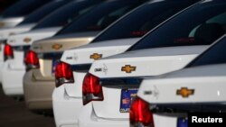 쉐보레 크루즈 차들이 애리조나주 피닉스에 있는 쉐보레 대리점에 세워져 있다. (자료사진)