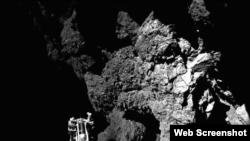 Primera foto enviada a la Tierra del cometa P67, tomada por el módulo Philae, cuya pata se ve abajo, a la izquierda.