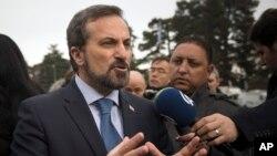 시리아 반군 대표단의 루아이 사피 대변인이 29일 시리아 평화회담이 열리고 있는 스위스 제네바 유엔 본부 앞에서 기자들의 질문에 답하고 있다.