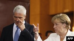 Thủ tướng Đức Angela Merkel, phải, nói chuyện với Tổng thống Serbia Boris Tadic tại Belgrade, Serbia, 23/8/2011
