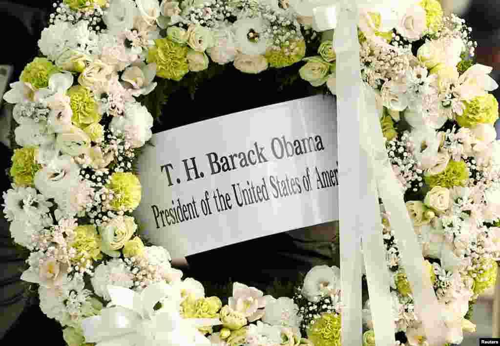 ادای احترام اوباما به قربانیان حمله اتمی آمریکا به هیروشیمای ژاپن. تاج گلی که او در این بنا گذاشت.