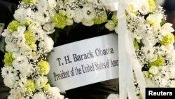 """Vòng hoa của cựu tổng thống Mỹ Barack Obama đặt tại công viên tưởng niệm hòa bình ở Hiroshima - nơi từng bị Mỹ thả bom nguyên tử. Nhật Bản được coi là """"nhạy cảm với bom nguyên tử"""" và """"sẽ muốn tự trang bị vũ khí hạt nhân để phòng vệ."""""""