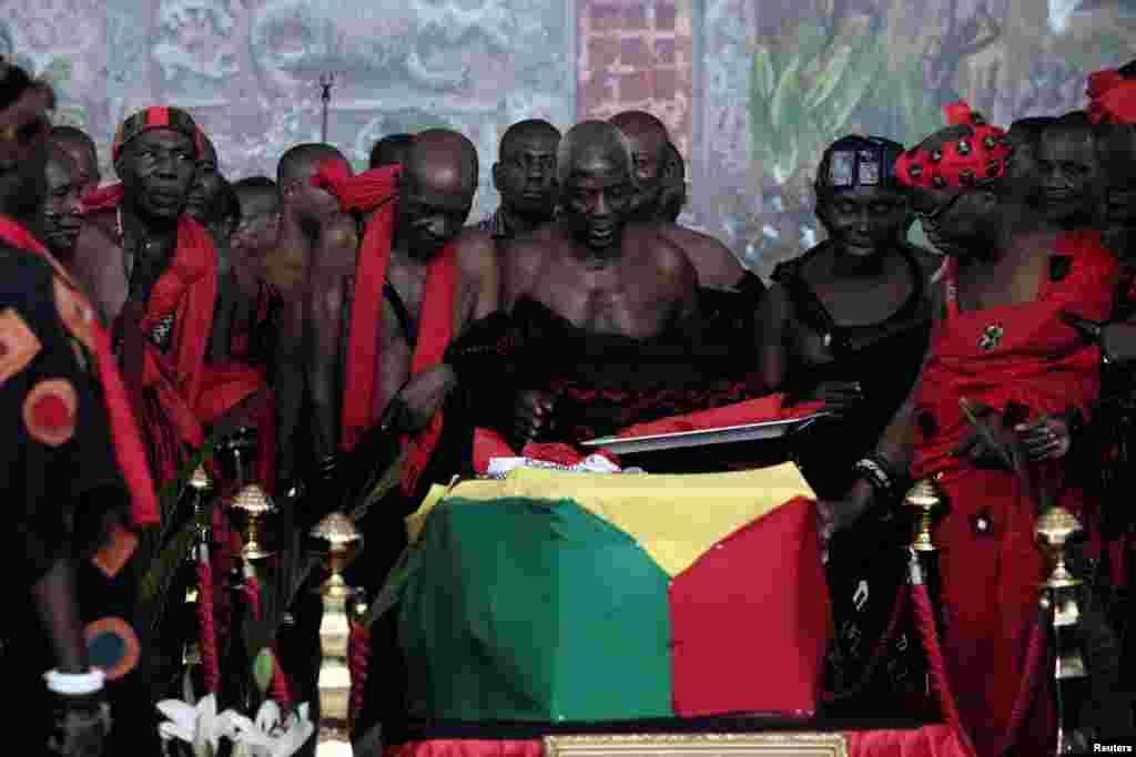 ادای احترام رهبران قبیله ای در غنا به تابوت کوفی عنان، دبیرکل پیشین سازمان ملل پیش از برگزاری مراسم خاکسپاری او در پایتخت این کشور.