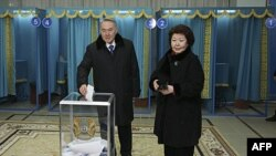Tổng thống Nursultan Nazarbayev và vợ Sara bỏ phiếu tại 1 trạm bầu cử ở thủ đô Astana của Kazakhstan, ngày 03/4/2011