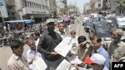 На улицах Карачи пакистанцы раскупают газеты с известием о гибели бин Ладена.