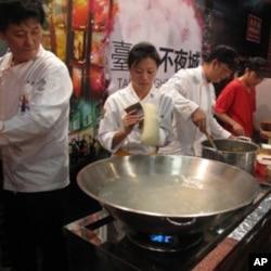 师傅们正在熬煮台湾著名牛肉面