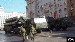 2012年5月莫斯科红场阅兵彩排中展示的S-400防空导弹。(美国之音白桦拍摄)