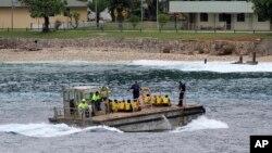 Para pencari suaka dari Vietnam dibawa dengan kapal tongkang ke Pulau Christmas di Australia. (Foto: Dok)