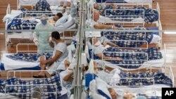 Pacijenti sa Kovidom 19 leže na krevetima u poljskoj bolnici sagrađenoj unutar jedne fiskulturne sale u Santo Andreu, u predgrađu Sao Paula u Brazilu, 9. juna 2020.