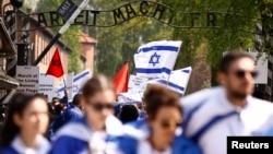 همزمان با روز هولوکاست، عده ای در مقابل کمپ آشویتس که ده ها هزار یهودی در آنجا کشته شدند، حضور یافتند.