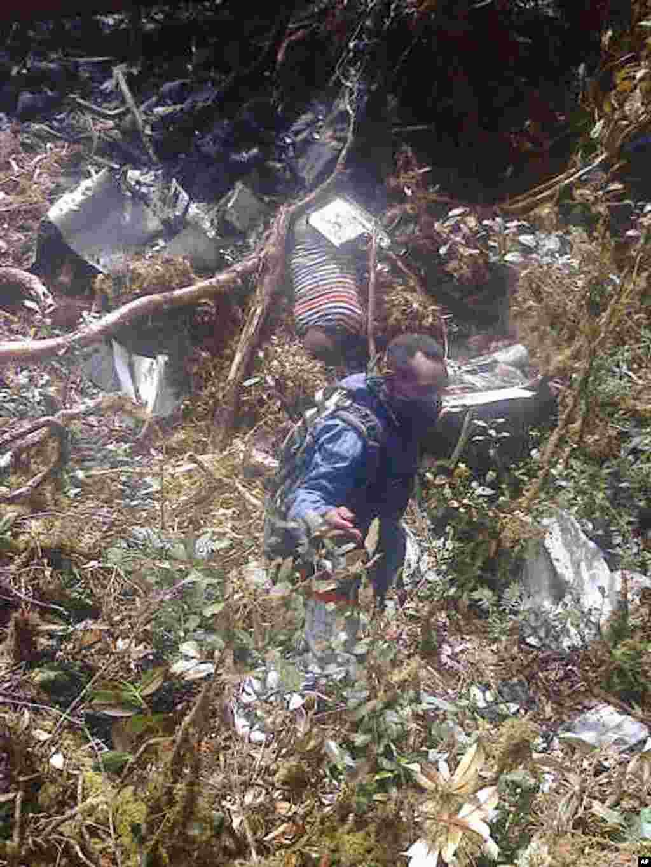 Puing-puing pesawat tersebar di medan yang sulit ditembus di Pegunungan Bintang, Papua (18/8).