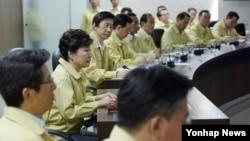 박근혜 한국 대통령(왼쪽 2번째)이 22일 청와대에서 열린 을지 국가안전보장회의를 주재하고 있다.