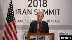 美國國家安全顧問博爾頓在紐約聯大會議間隙舉行的聯合反對有核伊朗峰會上發表講話。 (2018年9月25日)
