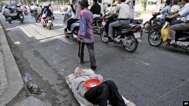Bắt đầu từ ngày 28/12, những người ăn xin, những đối tượng vô gia cư sinh sống trên đường phố Sài Gòn sẽ được đưa vào các trung tâm hỗ trợ xã hội nếu cơ quan hữu trách không xác minh được gia cảnh và nơi cư trú của họ.