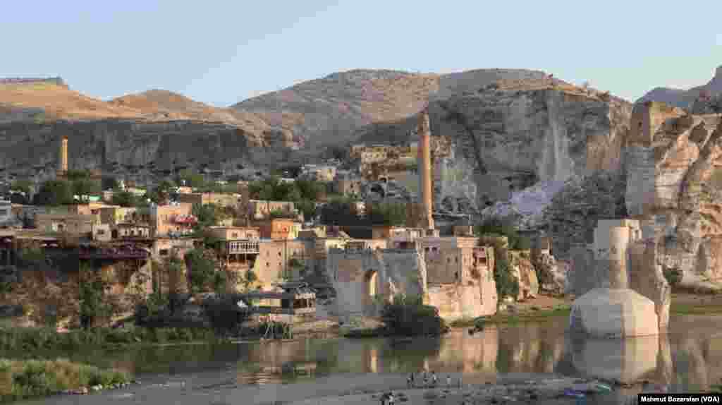 Baraj suları altında kalacak olan tarihi eserlerin Hasankeyf Yeni Kültürel Park Alanı'ndaki yerlerine taşınması da sürüyor.