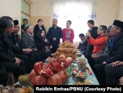 Warga Muslim-Uighur menyambut kedatangan sebagian delegasi Indonesia di rumah mereka dengan menghadirkan jamuan khas Xinjiang dan buah-buahan segar saat kunjungan yang dimulai 18 Februari 2019. (Foto: Robikin Emhas/PBNU)
