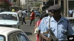 Polisi wa Kenya wakiwa kwenye doria mitaani