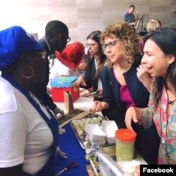 Subsecretaria adjunta para la oficina de Población, Refugiados y Migración de Estados Unidos,Nancy Izzo Jackson, durante una reciente visita a Ecuador para ver de primera mano el impacto del flujo de los desplazados venezolanos al país andino. Foto: Embajada de EE.UU. en Quito. Junio 20 de 2018.