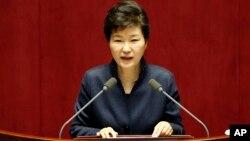 박근혜 한국 대통령이 16일 국회에서 대북 정책에 관한 특별 연설을 하고 있다.