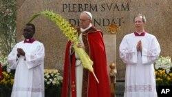Paus Fransiskus memimpin Misa Minggu Palem di Lapangan Santo Peter di Vatikan (24/3).