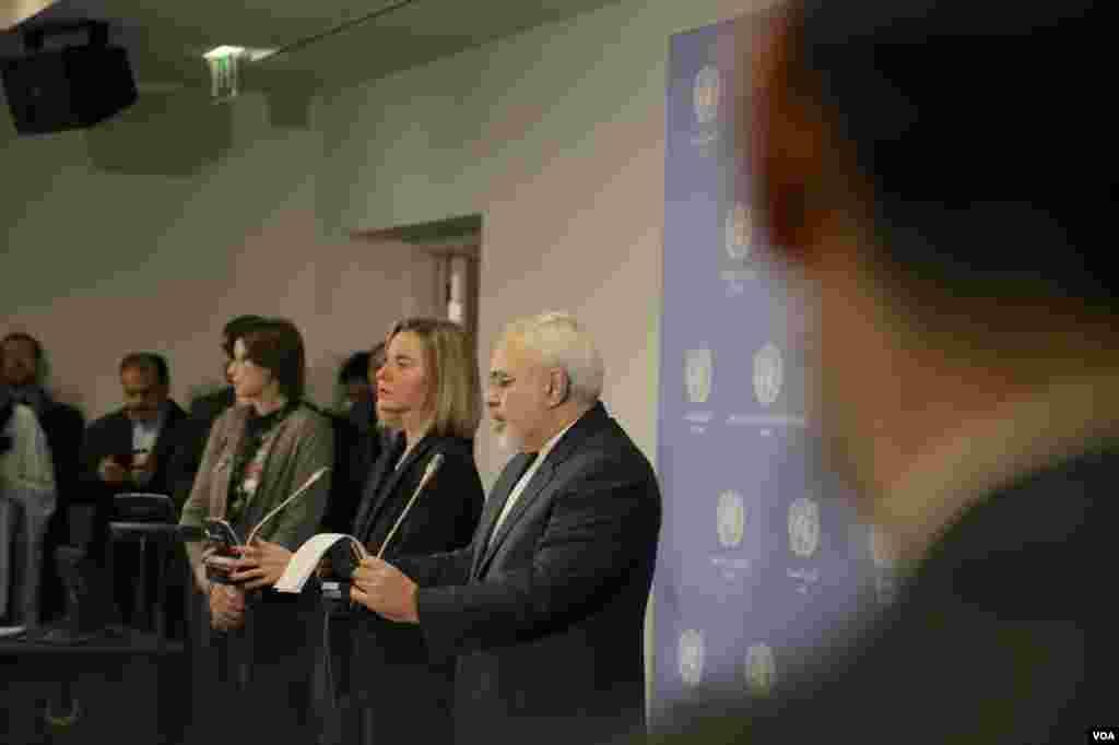 فدریکا موگرینی، مسوول سیاست خارجی اتحادیه اروپا و محمدجواد ظریف وزیر امورخارجه ایران بیانیه اجرای رسمی برجام را خواندند.