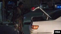 Petugas keamanan di Somalia mengecek bagasi mobil di sebuah pos pemeriksaan di Mogadishu. (Foto: Dok)