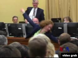 這位新議員為挑到好辦公室而翻跟斗
