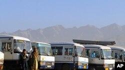 人们在喀布尔的公车站等车,准备前往与巴基斯坦交界的东部省份