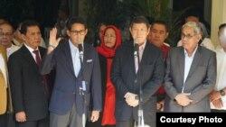 Sandiaga Uno didampingi Hashim Djojohadikusumo dalam konferensi pers akan melayangkan gugatan hasil pilpres 2019 ke MK, di Jalan Kertanegara, Jakarta, Jumat (24/5). (Foto courtesy: BPN Prabowo-Sandi)