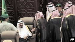 Shura members wait to speak with Saudi King Abdullah bin Abdulaziz al-Saud during the opening ceremony of the Shura assembly in Riyadh September 25, 2011.