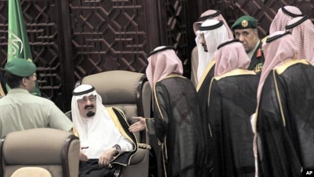 Shura members wait to speak with Saudi King Abdullah bin Abdulaziz al-Saud during the opening ceremony of the Shura assembly in Riyadh September 25, 2011.