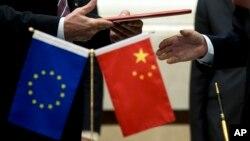 지난해 열린 중국-유럽연합 고위급 경제무역대화에서 양측 대표가 문서를 교환하고 있다. 유럽연합은 중국의 시장경제지위를 인정하지 않고 있다.
