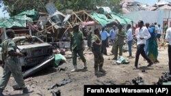 Binh sĩ Somali ở hiện trường vụ nổ bom kép tại một nhà hàng ở thủ đô Mogadishu, 7/9/2013