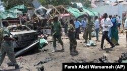 Des soldats somaliens près du restaurant détruit à Mogadiscio, en Somalie, samedi 7 septembre 2013. (Ph. d'archives).