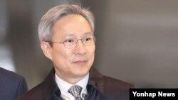 박근혜 대통령 탄핵심판 주심 강일원 재판관이 22일 16차 변론이 끝난 뒤 헌법재판소에서 퇴근하고 있다. 이날 대통령 대리인단은 강 재판관이 불공정한 진행을 하고 있다면서 기피 신청을 냈지만, 헌재 측은 각하했다.