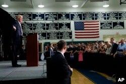 ຜູ້ສະໝັກແຂ່ງເປັນປະທານາທິບໍດີ ຈາກພັກຣີພັບບລີກັນ ທ່ານ Donald Trump ກ່າວຖະແຫລງ ໃນລະຫວ່າງ ການຊຸມນຸມໂຄສະນາຫາສຽງ ຢູ່ທີ່ໂຮງຮຽນມັດຖະຍົມ ໃນເມືອງ Windham ລັດ New Hampshire, ວັນທີ 6 ສິງຫາ 2016.